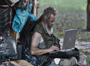 penner-mit-laptop